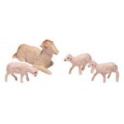 Oveja sentada y corderos